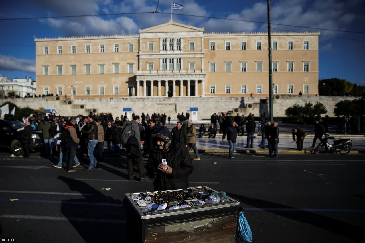 Sokan reménykednek abban, hogy 2017-ben a görög gazdaság végre összeszedheti magát, de a nemrég megjelent növekedési adatok alapján nem sok bizakodásra ad okot, hogy október és december között két negyedévnyi növekedés után újra csökkent a nemzeti össztermék. Az egészséges GDP-növekedés mellett ugyanakkor az életszínvonal növekedése is eléggé távolinak tűnik: tavaly egy felmérés szerint a görög háztartások háromnegyedének csökkent jelentősen a jövedelme, a háztartások harmadában volt legalább egy munkanélküli, és 40 százalék mondta azt, hogy kevesebbet tudott ételre költeni az utóbbi időben.