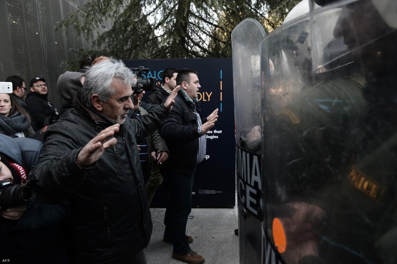 2015-ben végül 86 milliárd eurós mentőcsomagot kapott Görögország. Ezt a pénzt részletekben kapják, és ahhoz hogy a további részleteket megkapják, szigorú költségvetési célszámokat kell elérniük, például pluszban kell lennie a görög államháztartásnak. Gyakoriak a megszorításokkal szembeni tömegtüntetések. Ez a kép idén februárban készült, amikor a gazdák azért tüntettek mert a kormány emelni akarta az adóikat és járulékaikat.