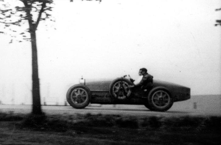 Hartmann László autóversenyző száguld Bugattijával