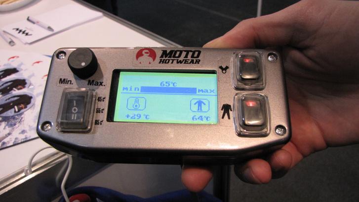 A műszerfalra szerelhető kezelőpanelről lehet vezérelni a Moto Hotwear-t