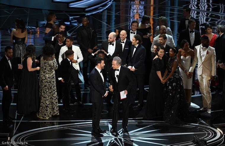 A Holdfény stábja a színpadon, elöl Jimmy Kimmel és Warren Beatty feszengenek.