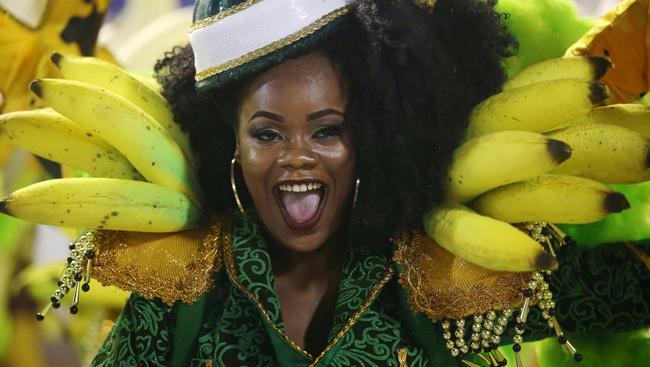 Tüll, strasszok és óriási banánok: tombol a karnevál Rióban