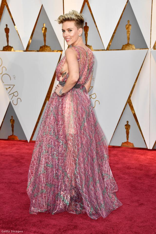 Egy A-listás hírességtől ennél azért többet vár az ember, de lehet, hogy Johansson már unja a vörösszőnyeges pipiskedést és nem érdekelte, mit adnak rá.