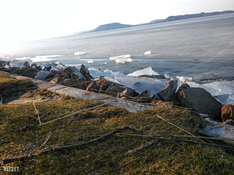 A kemény fagyok után az olvadás lassú, különleges látvány, ahogy a jégtáblák a part szélén feltorlódtak
