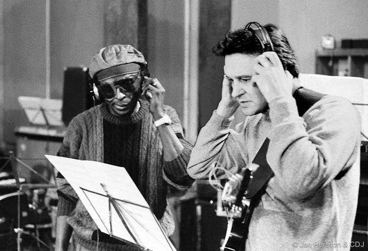 Miles Davis és John McLaughlin az Aura felvételén, 1985-ben
