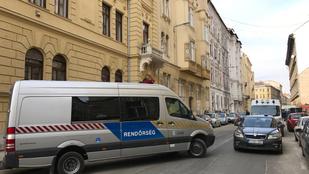 Valamiért rendőrök és mesterlövészek lepték el a Bródy Sándor utcát