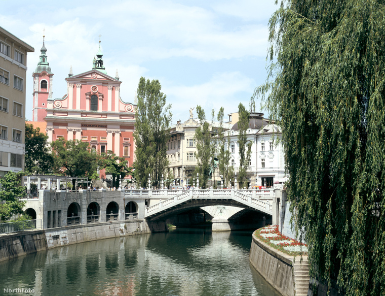 A Hármas híd a város központja, itt találkozik a régi és az új város.