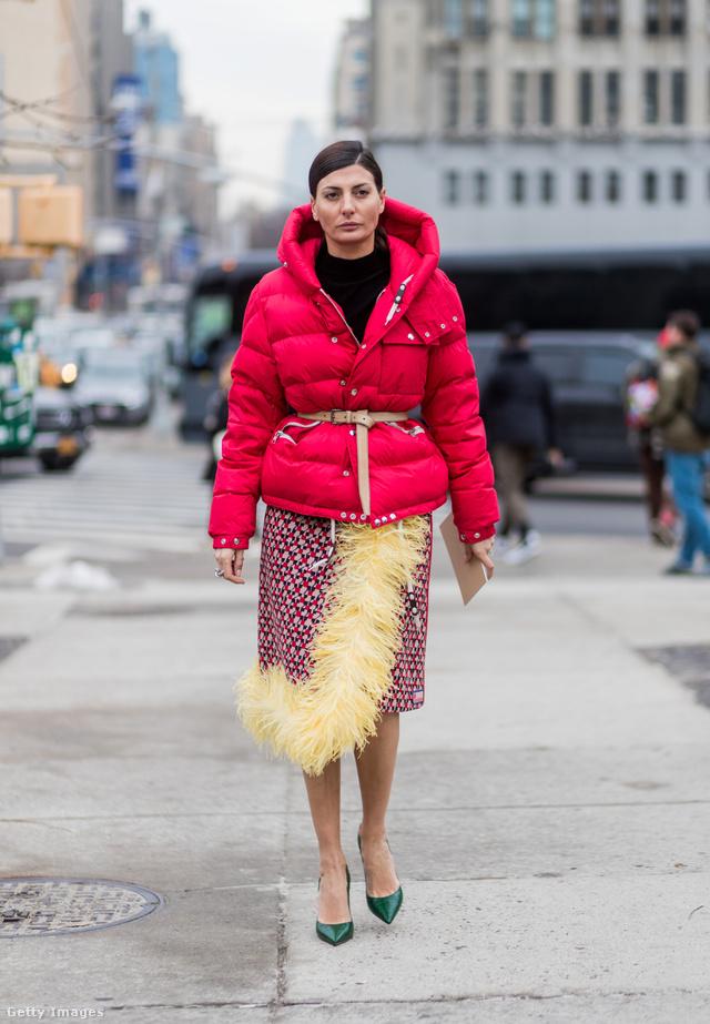 A Vogue munkatársa, Giovanna Battaglia tollas szoknyával és zöld körömcipővel kombinálta piros pufidzsekit New Yorkban.