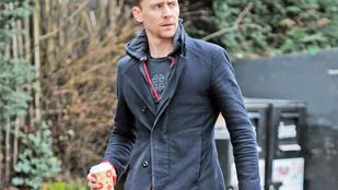 Látta már Tom Hiddlestont lyukacsos mackóban?