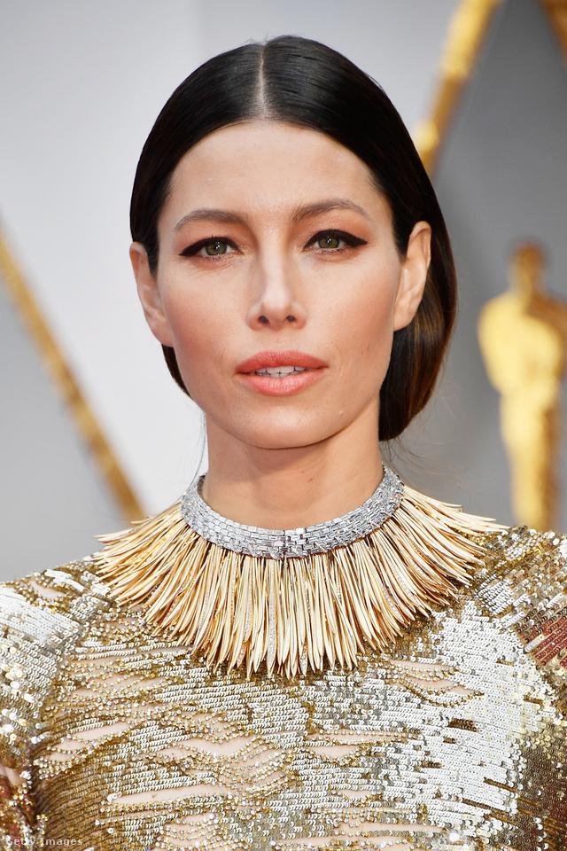 """Jessica Biel 18 karátos sárgaarany levelekkel és több, mint 200 baguette gyémánttal felturbózott """"gallérját"""" a Tiffany & Co készítette. A luxusmárka több, mint 350 kézzel készített levelet applikált a nagyjából 60 karátos láncra."""