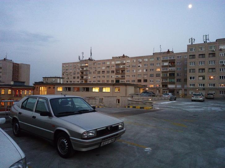 Még a téli kerekeken, de már Alfasud-dísztárcsákkal a céges parkolóház tetején