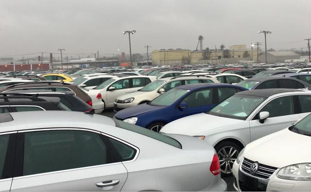 A forgalomból kivont, amúgy hibátlan Volkswagenek várják sorsukat egy elhagyott detroiti stadion parkolójában. Az ok az a környezetvédelmi dízelbotrány, amellyel a Volkswagen ráirányította a világ figyelmét a dízelproblémára