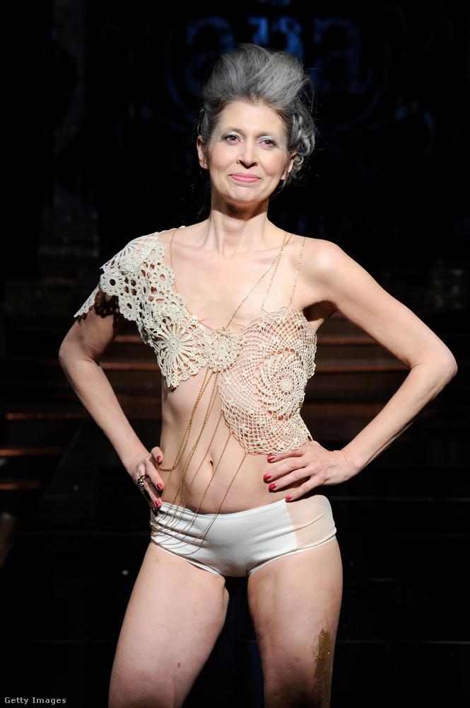Ez a fehérneműmárka ugyanis úgy döntött, olyan nőkre is gondol, akiknek a mellét rák miatt meg kellett műteni - és nem csak készítettek nekik kiegészítőket, hanem meg is hívták őket a bemutatóra modellnek.