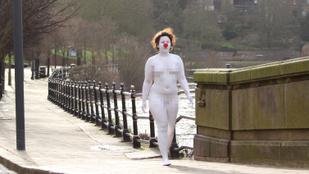 A fehérre festett, meztelen bohócnő szándékai egyelőre teljességgel tisztázatlanok