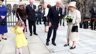 A nap képén a kislány, aki virágot nyomott Erzsébet királynő kezébe, aztán eléggé zavarba jött