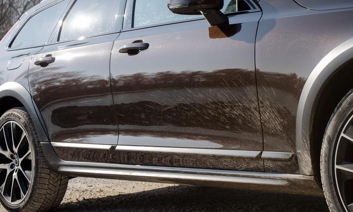 Egy képen az all-roadság ...izé, Cross Country-ság lelke - plusz tér az autó alatt és a kiadós műanyag-pakolás