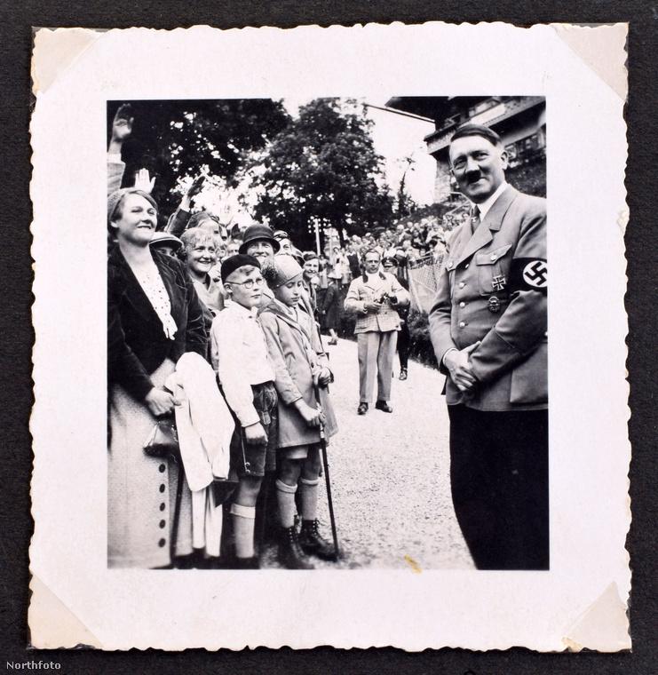 Nézzük meg a képeket közelebbről is, itt például Hitler olyan, mint a diákok között egy jóságos tanárbácsi