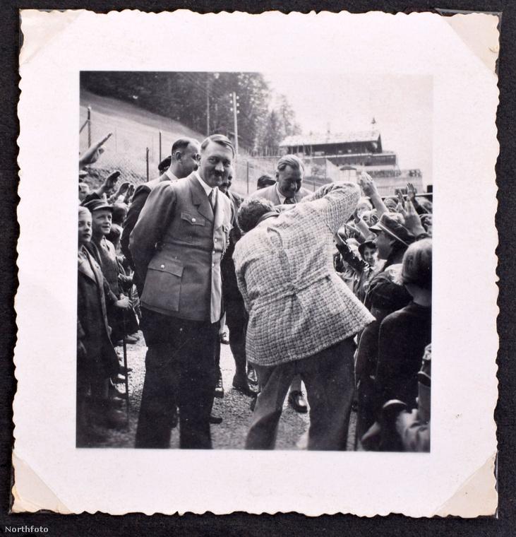 Ezen a fotón a diktátor szintén gyerekek között van, valószínűleg az utánpótlást ellenőrizte a germán ifjak között azért ilyen boldog.Egyszer jó katona lesz belőletek!