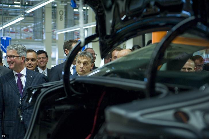 Rupert Stadler az Audi AG vezérigazgatója (b) Borkai Zsolt Győr polgármestere (b2) és Orbán Viktor miniszterelnök (b5) az A3 Limousine sorozatgyártásának megkezdése alkalmából tartott gyárlátogatáson az Audi győri járműgyárában 2013. június 12-én.