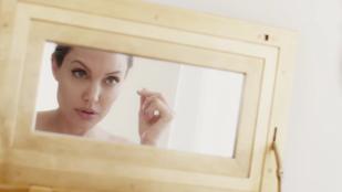 Angelina Jolie legújabb reklámjában levendulamezőn szomorkodik