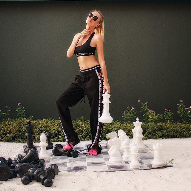 Ha még egy olyan, kevésbé látványos sportot is szexivé tud tenni, mint a sakk, mégis melyik férfi tudna ellenállni neki, amikor meccsnézésre buzdítja?