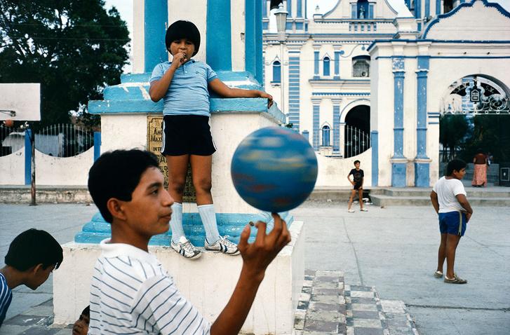 Gyerekek játszanak az udvaron Tehuantepec Oaxaca állam Mexikó 1985  © Alex WebbMagnum Photos
