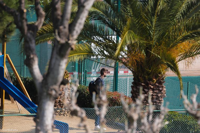 És igen, itt is van Piqué, várja a barátnőjét a pálmafák tövében ácsorogva