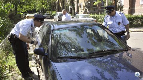 Rendőrök vizsgálják az egyik autóvadász által megtalált lopott autót a X. kerületi Pongrácz úton