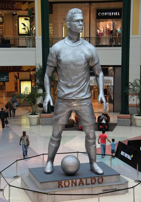 ronaldo statue1