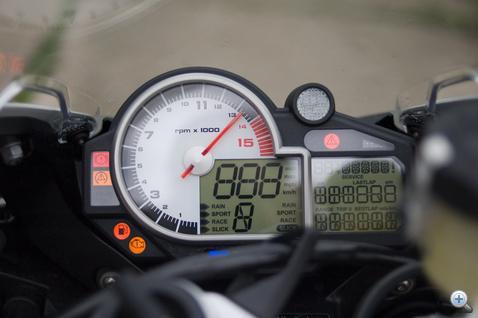 A műszerfal a szokásos. Leolvasható, informatív. Benzinszintjelző nincs, csak vészlámpa, viszont van stopper, ami könnyen kezelhető.