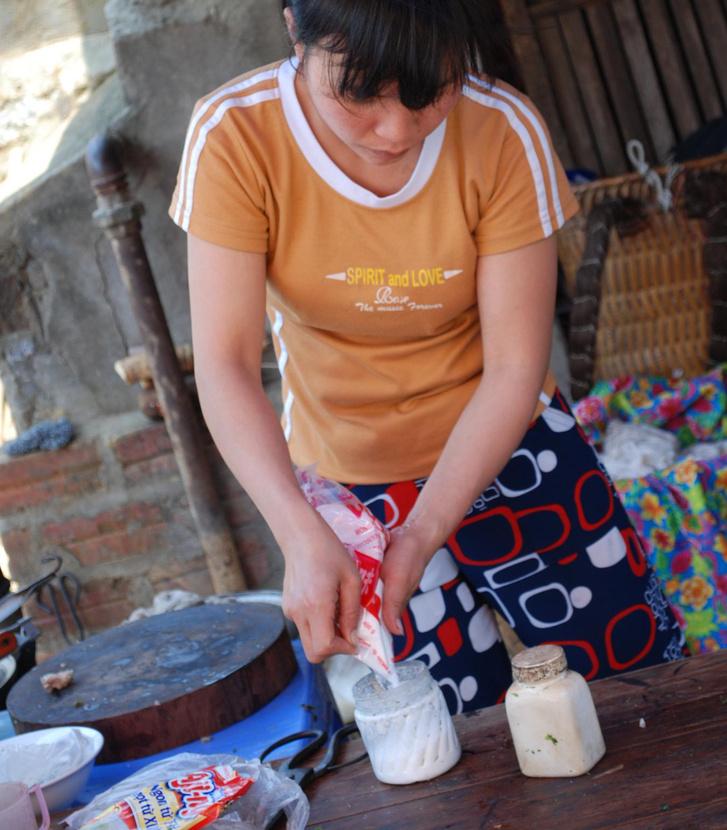 Vietnami pho-árus nátrium-glutamáttal tölt fel egy befőttesüveget