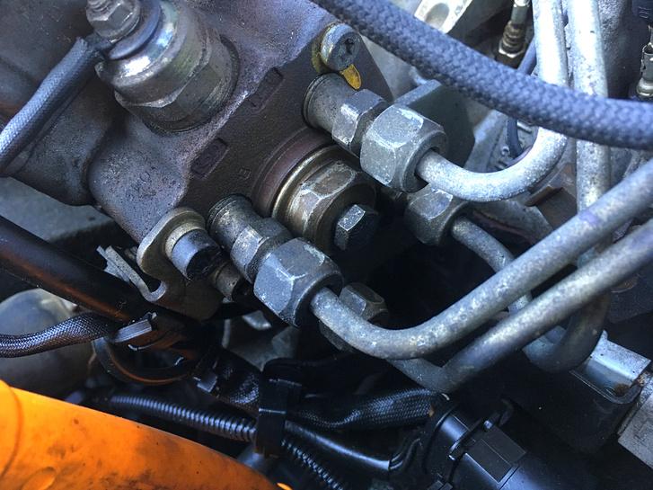 Az adagoló hátuljánál, a gázolajcsövek közt kukucskáló csavar alatt csöpögött a gázolaj. Szerencsére még nem oldotta fel a hűtőcsövet a nafta