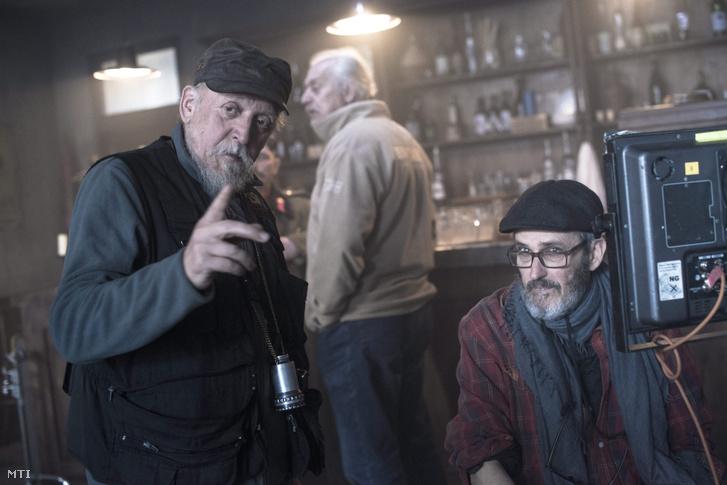 Szász János filmrendező Máthé Tibor operatőrrel beszélget A hentes, a kurva, és a félszemű című filmjének forgatásán Salgótarján Rónabánya városrészében 2016. február 9-én. A film korábbi címe Sóhajok hídja volt.