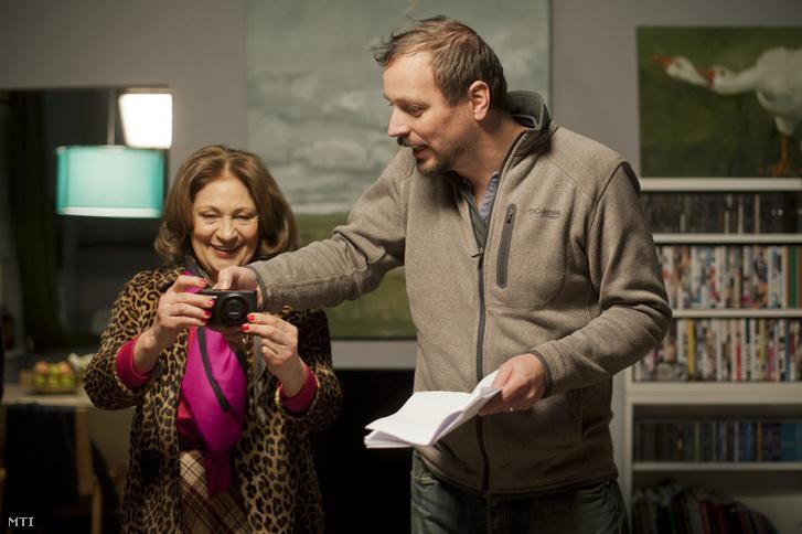 Pálfi György rendező instruálja az anyós szerepét alakító Bordán Irént a Szabadesés című filmjének forgatásán egy budapesti műteremben 2014. január 27-én.