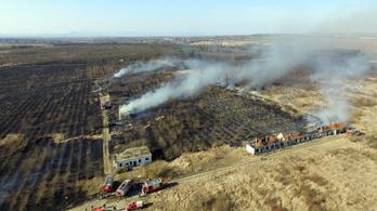 40 tűzoltó próbálja eloltani a Cinkotai úti tüzet