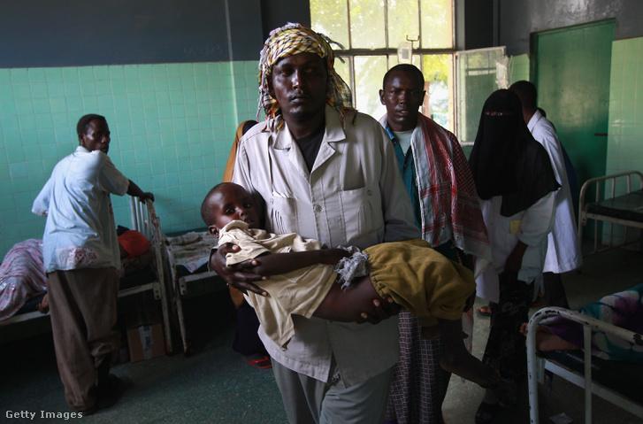 Apa 6 éves fiával a mogadishui Banadir kórházban