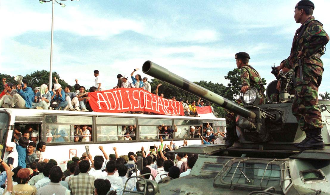 A Suharto-rezsim ellen lázadó diákok a parlament előtt. Velük szemben a rezsimet védő katonák