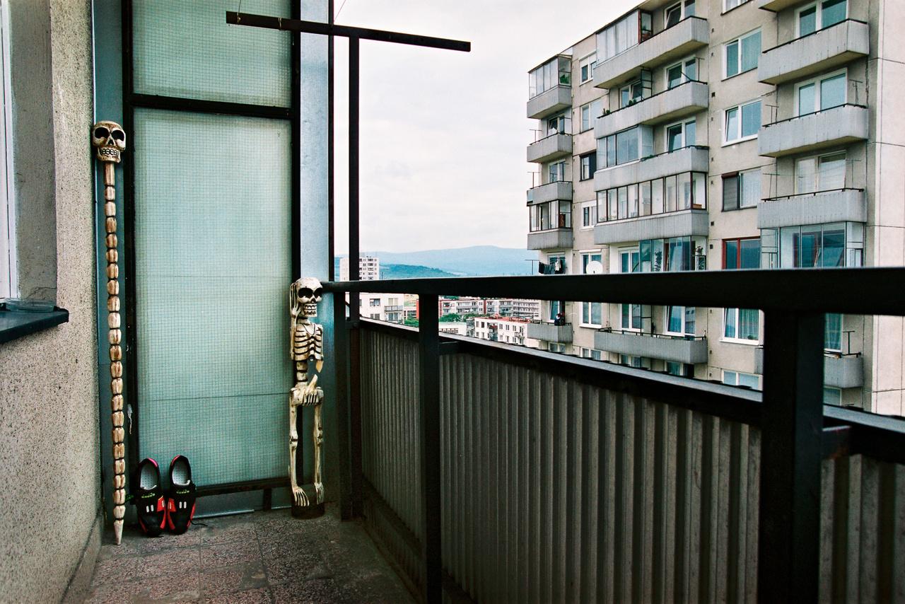 Az egy külön fotósorozat lehetne, hogy ki mit tart az erkélyén. Valaki Bazinban faragott csontvázat és koponyapálcát, közöttük pedig egy akkurátusan szellőztetett papucsot.