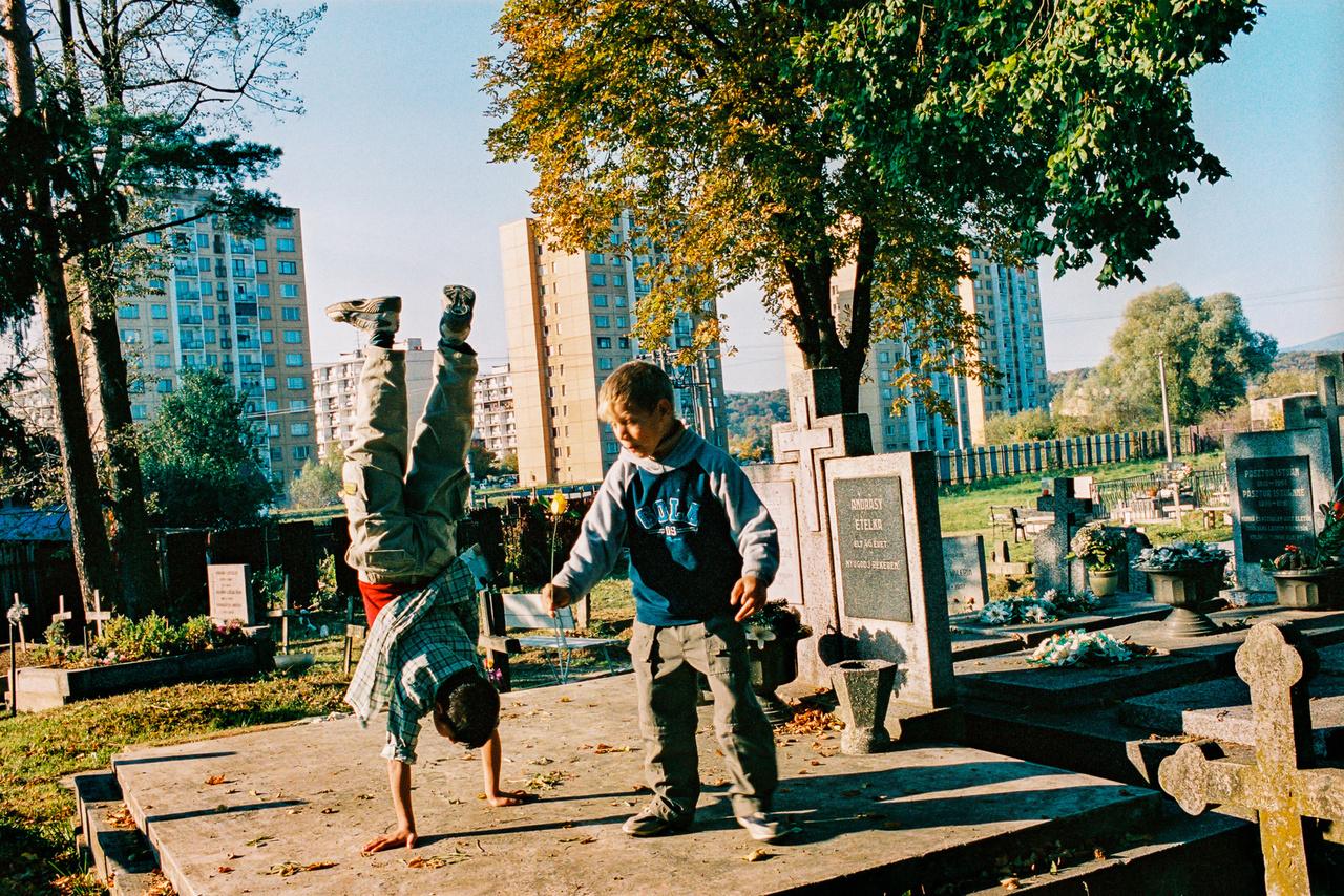 Andrásy Etelka élt 45 évet, de a panelokkal határolt szepsi temetőben ez is szinte csak egy játszótér.