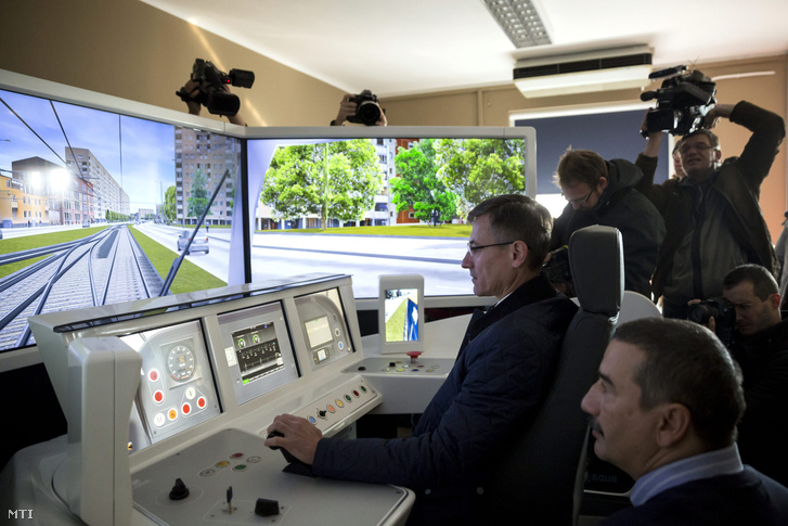 Bolla Tibor, a BKV elnök-vezérigazgatója kipróbál egy CAF szimulátort az első hosszú CAF villamos bemutatóján a Száva kocsiszínben Budapesten a IX. kerületi Üllői úton 2015. november 6-án.