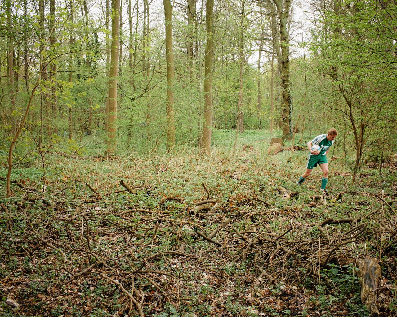 Néhány éve Vácon rendeztek tornát, nem dicsekvésből mondom, de harmadikak lettünk, nem is ez a lényeg, hanem hogy a pályák mögött van egy kis erdő, amin átzubog egy kis patak, éppen csere voltam, amikor jó messzire el rúgták a labdát, én meg lelkesen rohantam be az erdőbe érte, de a labda a vízben landolt, nem értem el, és ahogy jobban szétnéztem, láttam, sokan adták fel ennél a pontnál, volt ott még néhány otthagyott laszti. Egyszer rendezni fognak egy horror filmet, amiben ezek az erdőben hagyott labdák életre kelnek, és bosszúból elpusztítják az emberiséget. Megérdemeljük.