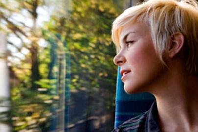 szoke lany vonat lead