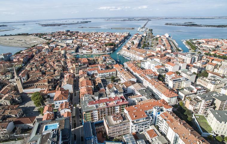 Az észak-olaszországi kisváros kicsivel több minthat óra alatt elérhető Budapestről, ami a beiktatott kényszerpihenők ellenére sem mondható elviselhetetlennek