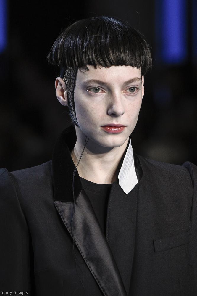 Haider Ackermann modelljeinek a fején a fül előtt valamiért ez a fekete kötésszerűség volt, és bár egyáltalán nem értünk egyet azzal, hogy minden nőnek legyen kötelező sminkelni, azért ebben az esetben lehet, hogy elkelt volna egy még kis festék.