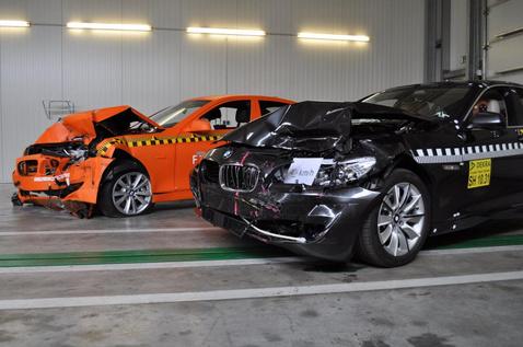 A jobban roncsolódott narancssárga autóban nem volt ütközés megelőző rendszer, de ez nem jelenti azt, hogy a fekete modell ugyanakkora erőbehatásra kevésbé törik össze