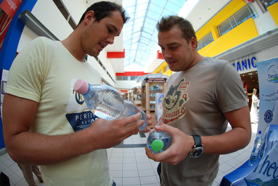 Hosnyánszky Norbert és Kis Gábor az új címkéket nézi