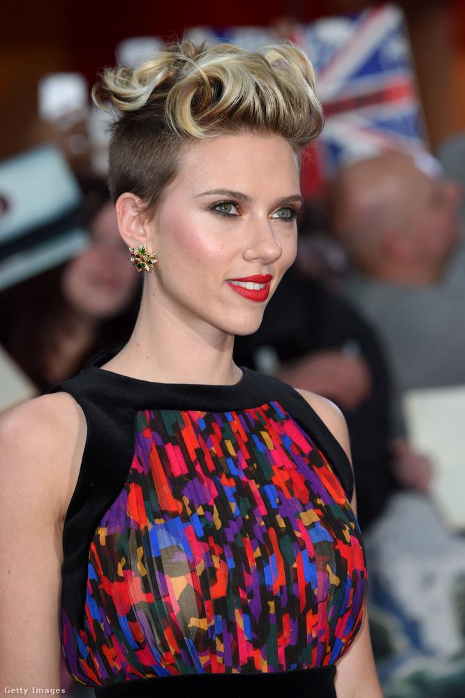 A titokban házasodó és titokban szakító Scarlett Johansson pedig a Bosszúállók: Ultron kora film bemutatóján vonult fel így a vörös szőnyegen.