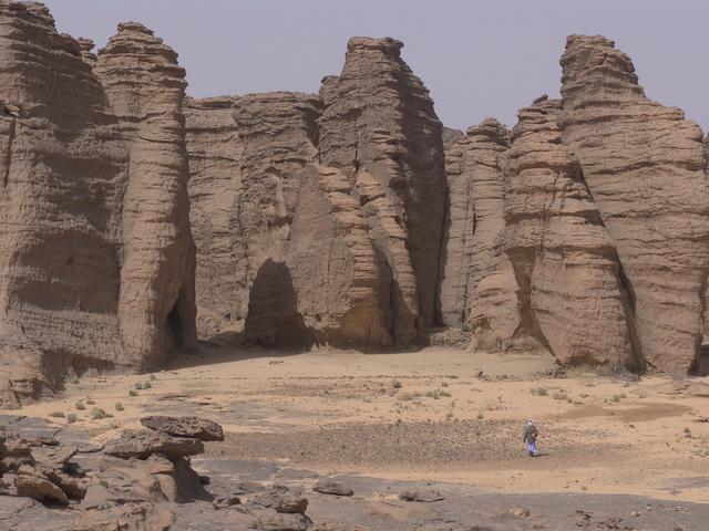 Hatalmas sziklák a Taszilin Ádzser nemzeti parkban