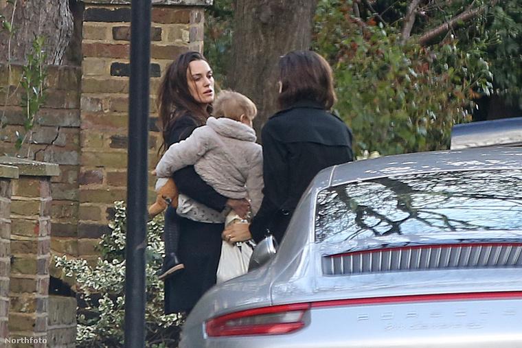 Az angol színésznő teljesen hétköznapi viseletben indult családi kirándulásra férjével és lányával