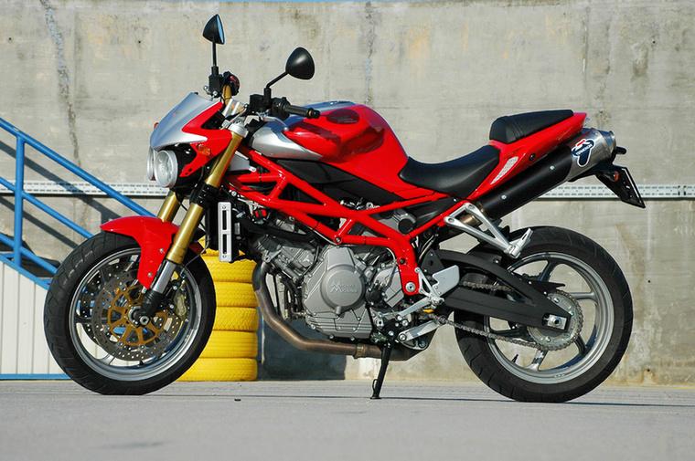 A Moto Morini beszántása után Franco Lambertini a Piaggio csoportnál folytatta a munkát, viszont amikor 1999-ben Maurizzio Morini (az alapító Morini fia) vezetésével feltámasztották a márkát, egyből visszatér a nyugdíjból, hogy megtervezze a Moto Morini Corsaro blokkját, 140 lóerőt és 123 Nm-t és páratlan robbanékonyságot csavart ki az 1200-as V2-esből.
